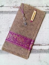 """Brillenetui """"Blüten"""" (beige-pink-gold) aus Filz mit Charm-Anhänger - Mondspinne"""