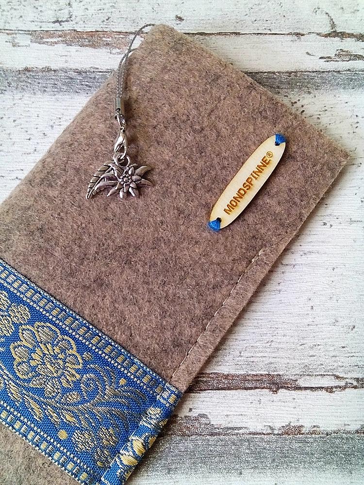"""Brillenetui """"Blüten"""" (beige-türkis-gold) aus Filz mit Charm-Anhänger - Mondspinne"""