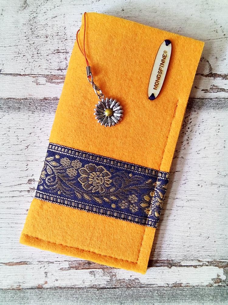 """Brillenetui """"Blüten"""" (sonnengelb-dunkelblau-gold) aus Filz mit Charm - MONDSPINNE"""