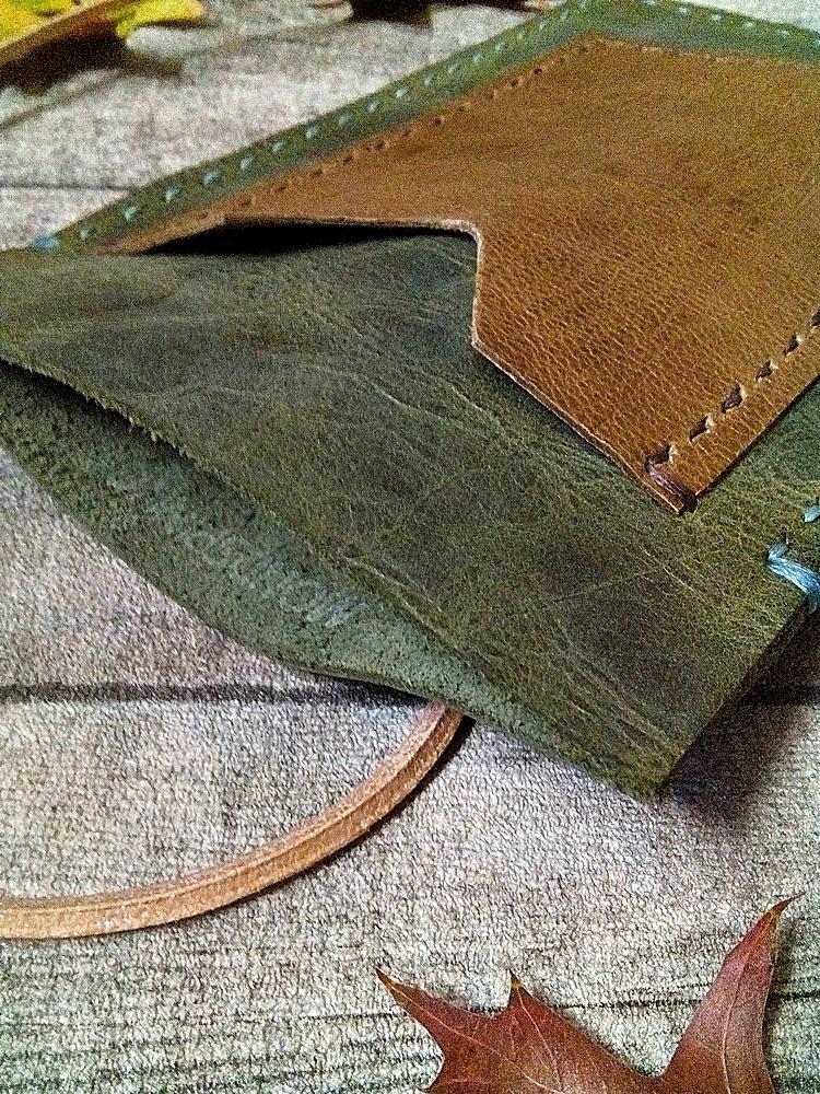 "Brustbeutel ""Peru"" (grün-braun) aus Rindsleder und Büffekalbsleder - MONDSPINNE"