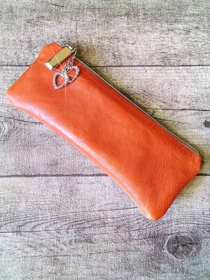 """Stiftemäppchen Federmäppchen """"Herzen"""" (orangerot-silber) mit Charm-Anhänger, aus Büffelkalbsleder - MONDSPINNE"""