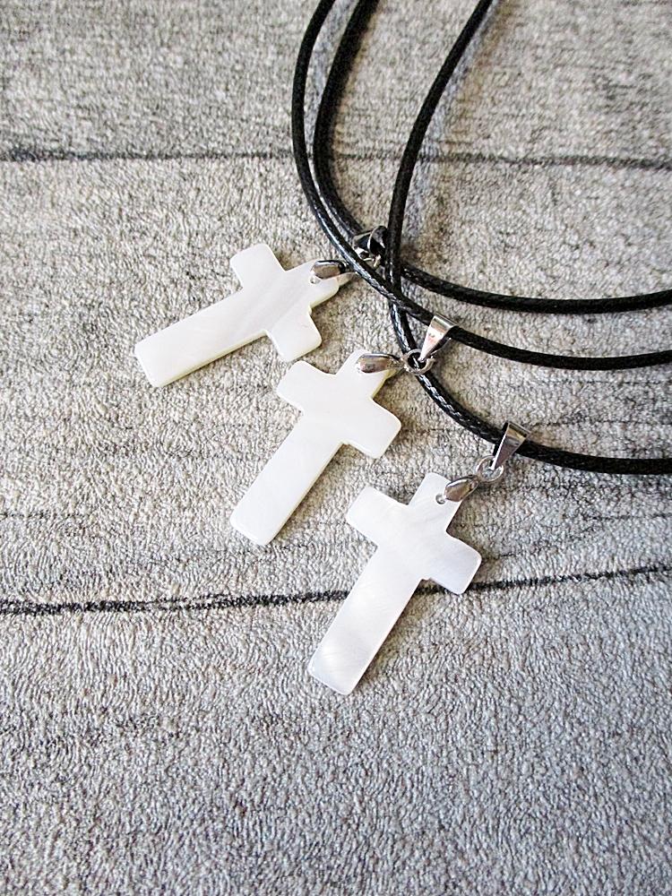 Kette Kreuz weiß Perlmutt 23x15 mm mit schwarzem Textilband - MONDSPINNE