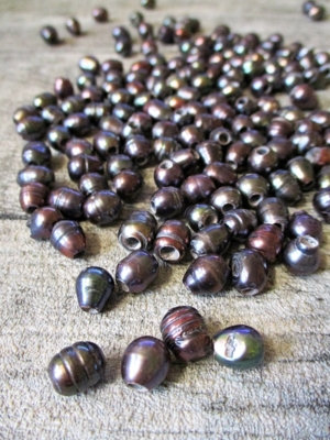 Süßwasserzuchtperlen Klasse B grau oval gerillt 8-9x8-12 mm, Bohrung 3 mm - MONDSPINNE