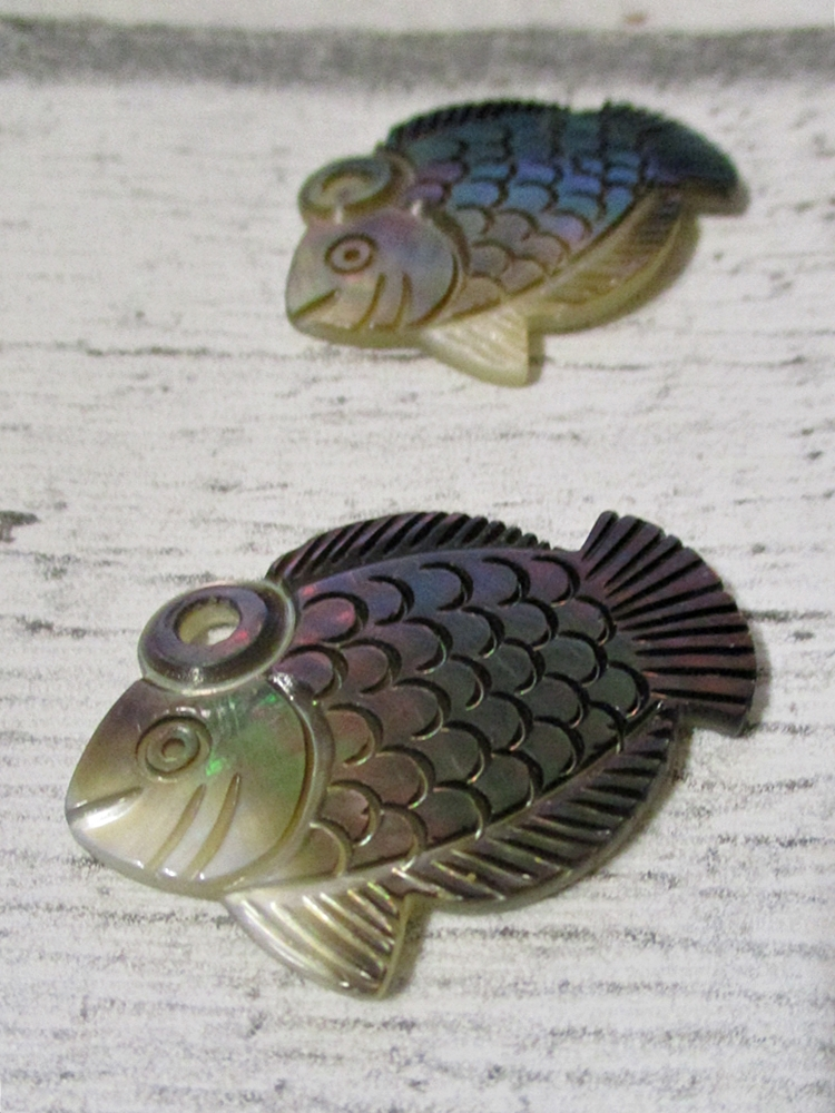 Fisch Perlmutt Anhänger 40x30 mm braun bunt - MONDSPINNE