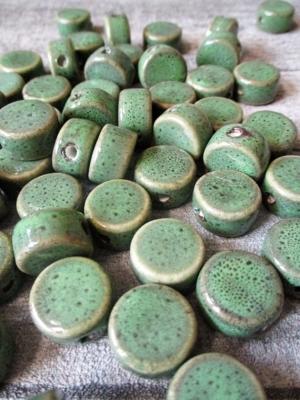 Porzellanperlen Großlochperlen grün rund flach antik glasiert 16x10 mm Lochgröße 3 mm - MONDSPINNE