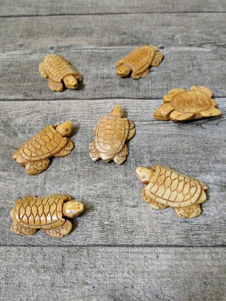 Anhänger Schildkröte Knochen Ochsenknochen natur beige handgeschnitzt 46x30x9 mm Bohrung 2 mm - MONDSPINNE