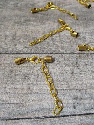 Karabiner mit Endkappen für Schnur bis 4 mm Metall goldfarben mit Kettchen - MONDSPINNE