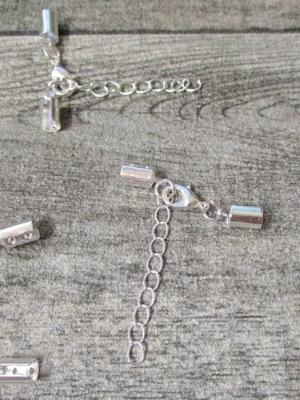 Karabiner mit offenen Endkappen bis 4 mm Schnur Metall silber silbern mit Kettchen - MONDSPINNE