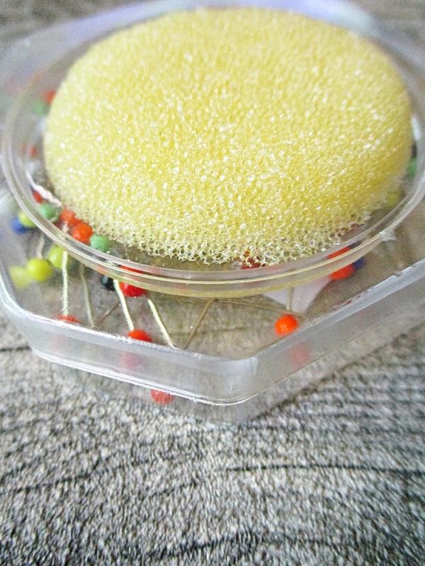 Stecknadeln 20 Gramm mit Glasköpfchen bunt mit Nadelkissen gelb - MONDSPINNE