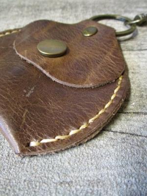 Schlüsselanhänger mit Börse Metall Rindsleder altmessing braun - MONDSPINNE