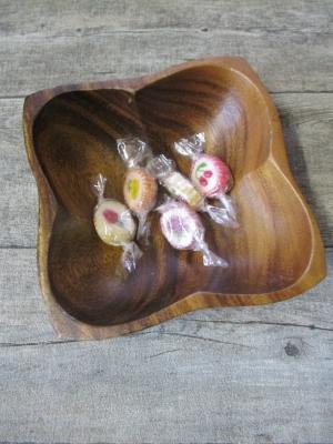 Holzschale Monkey Pod handgeschnitzt quadratisch floral 19 cm